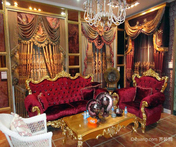 欧式古典家具沙发 这张欧式古典家具图片里的是一套欧式古典风格的沙发,是布艺沙发,表层使用了很优质的绒布制作,手感相当的柔滑,整套沙发是由一张单人沙发加一张三人沙发再加一张贵妃椅组成,沙发采用PU外架内埋钢筋及木材作为骨架,非常的结实牢固,外层花纹图案的提花布加真丝布的组合更是让沙发显得非常的华贵大气。 七、欧式古典家具