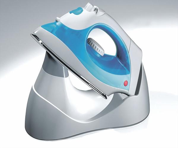 电熨斗的安全隐患更加显著,容易把衣服烫坏,而挂烫机由于具有干烧温控