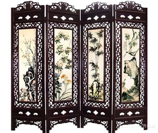 古典屏风的作用 2、清代象征王权统治的皇宫座古典屏风,是清代家具中的大器,其宏大气度和精湛工艺,充分显示了皇家的特殊审美情趣 3、古典屏风一般陈设于室内的显著位置,起到分隔、美化、挡风、协调等作用。它与古典家具相互辉映,相得益彰,浑然一体,成为家居装饰不可分割的整体,而呈现出一种和谐之美、宁静之美。古典屏风的制作形式多种多样,主要有立式屏风、折叠式屏风等。后来出现了纯粹作为摆设的插屏,它娇小玲珑,饶有趣味。