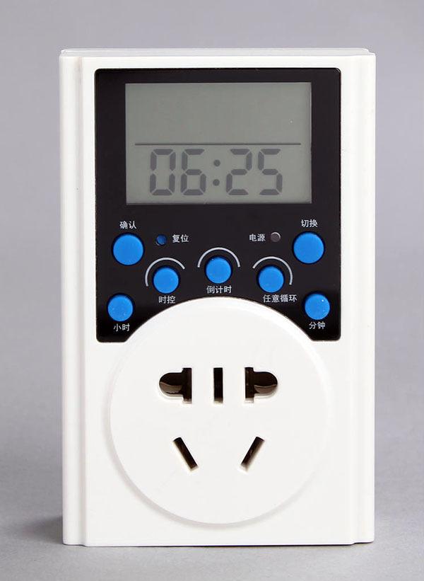 定时插座 4、拨动定时器右边的拨动开关,往下拨动,定时器插座进入定时状态; 5、将电器的插头连接到定时器插座上,并打开用电的电器开关; 6、定时器插座是24小时制,下午1点是13点,依此类推;定时在正点或15、30、45分的时候设定;每个黑色拨片就是一个开关,代表15分钟,按下拨片表示使用电器进入定时工作状态;开关按下去的时间就表示电器工作时间;由于设计精度原因,有几分钟误差属于很正常的现象; 7、定时器插座旁边的开关处于上方位置时,相当于一个普通插座。