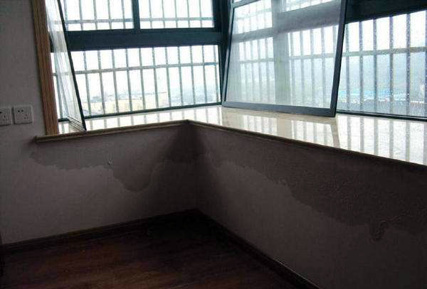 飘窗附近墙体漏水