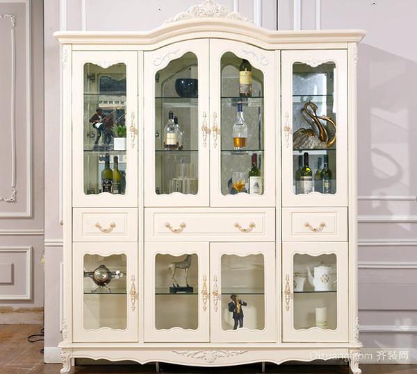 3、考虑对比价格因素 影响欧式装饰柜价格的因素一般是材质和造型。两千元左右的欧式装饰柜,一般采用实木制造,健康环保,工艺也比较精良,在装饰作用的同时不忘储物功能,这是家庭选购最多的欧式装饰柜价格区间。价格更高些的欧式装饰柜,为实木制作,在保证储物功能的基础上,更多考虑了欧式装饰柜的外观设计,细节之处也更加用心,能与装修风格更好地呼应,凸显主人的品味与修养。还有一些价格高昂的餐厅装饰柜,少则也要上万,这样的欧式装饰柜其实更倾向于一种收藏品,往往出自大牌或者大师之手,日后也有升值空间。  欧式装饰柜保养篇 二
