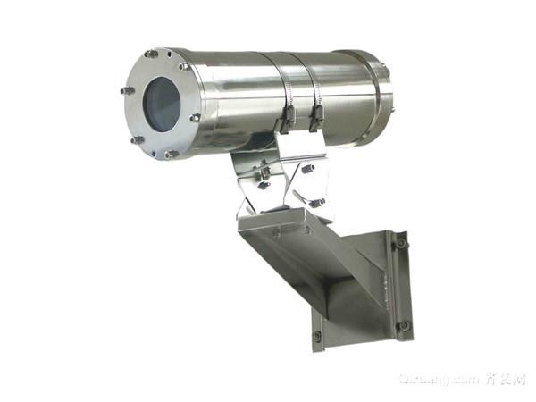 防爆摄像机安装 1、 隔爆型螺纹 按照防爆规程的规定,电线管的引入是圆柱管螺纹连接。螺纹的有效部分啮合应保证在6扣以上,要符合螺纹防爆的技术要求。为保证螺纹完全啮合,要用螺母锁紧。 2、 隔爆填料 所谓隔爆填料引入方式,是指在绝缘导线贯穿壳壁部分用填料密封,以达到隔爆作用。一般用石棉、 玻璃纤维、 合成橡胶,或其它具有适当弹性、耐热性和较好绝缘性的材料。在填料压盖外侧装有电缆压板和电缆保护管等,避免填料部分受外力作用而损伤。 以隔爆填料式引入钢带式铠装电缆(包括波纹钢管铠装)时,应剥掉贯穿接线盒引入口