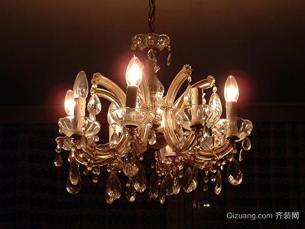 水晶吊灯安装 5、挂饰件 安装好灯泡以后就可以把水晶吊灯的饰件挂上去了,有的水晶吊灯的挂饰是已经安装好的,就直接挂上去,有的还需要自己进行手动装上的就装好以后再一一挂到吊灯上相应位置。 小编提醒 水晶吊灯是现在家居中最受欢迎的灯具,时尚现代,而且安装水晶吊灯回想的家居比较高雅有档次,水晶吊灯安装方法还是比较简单的,但是也要熟悉水晶吊灯安装步骤,缺一不可。 以上就是齐装网小编为你分享的水晶吊灯安装前准备及操作步骤,希望对你有所帮助。如果想要了解更多水晶吊灯的相关信息,请继续关注齐装网。10秒极速获取报价还