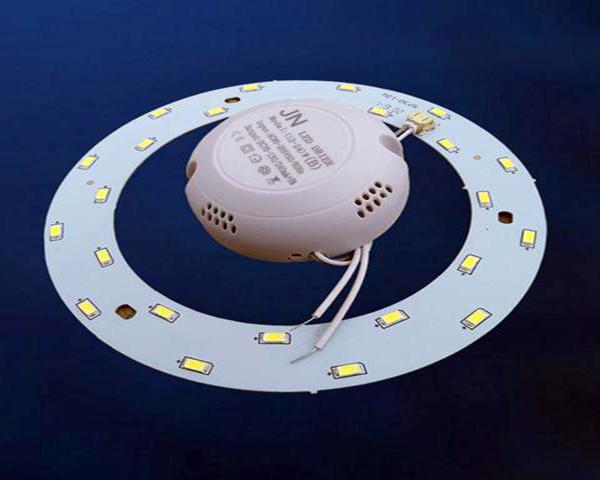 圆形吸顶灯泡 步骤三、拆除灯罩 圆形吸顶灯在更换灯泡过程中首先的一点就是对于灯罩的拆除,在实际操作过程中只需轻轻旋转几下灯罩,这时底盘也跟着旋转,旋转到一定的位置时,就会清楚的看见三个卡扣,只要按住卡扣就可以轻松的将灯罩取下,这样就可以进行灯泡的更换了。 步骤四、更换灯泡 有一种吸顶灯是嵌入式的吸顶灯,这种吸顶灯通常都是在室内装饰的时分直接固定到吊顶或者是天花板上面的外面是看不到螺母固定的,这种相对在拆开的时分就要杂乱一些。 1、这种灯在背面有两块弹簧片固定,拆开的时分需求用手抓紧两个边框,用力渐渐的往