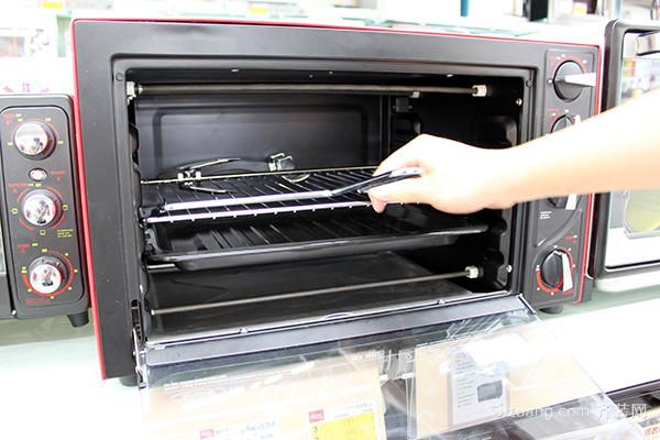 电烤箱内部的清洁 主要是不锈钢面板的清洁,各种等级的不锈钢材料都会产生锈斑,褐色和沾积油腻,需要我们日常清洁,以便使烤箱外观美丽,良好性能和延长寿命。擦洗不锈钢外露边沿时要小心,另外不能用钢丝球擦洗。另外可以用温热的肥皂水清洗,并用清水清洗。 二、电烤箱的保养