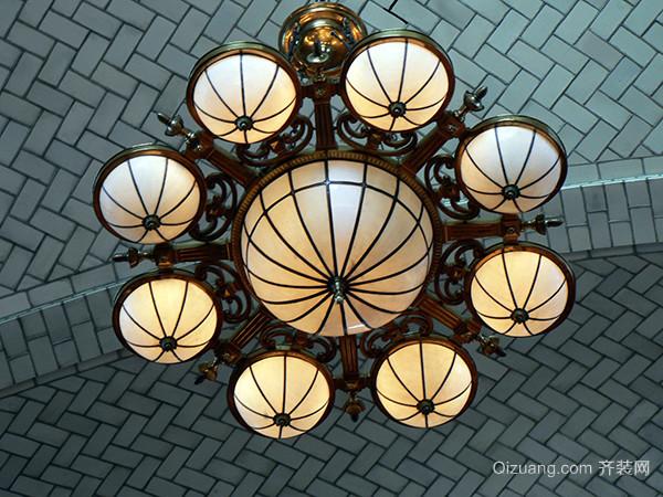 欧式吊灯简介 二、欧式吊灯高度 欧式吊灯的高度一般根据房间的层高来定。一般来说,房间较狭小是不适合欧式吊灯的,欧式吊灯以富丽堂皇为主要特色,在小房间里装欧式吊灯会产生拥挤和压抑感,光照面积过大也会对人的眼睛产生不好的影响。 通常来说,房间的天花板高度和吊灯位置决定了吊灯的高度。