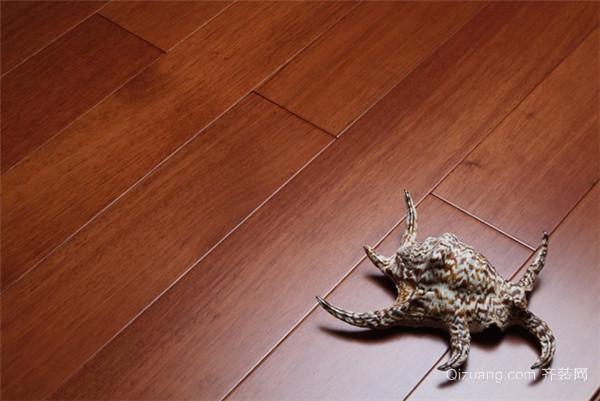架空式木地板安装方法有哪些 二、架空式木地板有哪些安装方法安装主栊木 杉木主栊木,附栊木,毛地板必须做干燥脱脂处理,湿度不得 超过14%。主栊木与墙体成45平置于地面靠墙四周主栊木与墙体间留(20-30mm)缝隙,确保底层通风效果良好。主栊木与主栊木接头应用45衔接法。主栊木两边交错放置铁码,用1060国际拉爆罗丝将铁码固定于地面。用450木牙罗丝将主栊木固定在铁码上,主栊木之间间距350mm。从地坪最高点向上100mm为基准在墙身上找平拉线,将主栊木 按水平线位置整平。 主栊木与主栊木之间用4