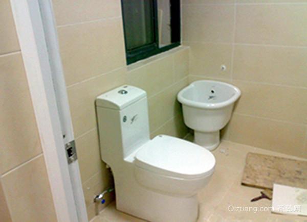 一、卫生间马桶堵了怎么办马桶老化堵塞 马桶使用的时间长了,难免会在内壁上结垢,严重的时候会堵住马桶的出气孔而造成马桶下水慢,解决方法就是:找到通气孔刮开污垢就可以让马桶下水畅通了。 二、卫生间马桶堵了怎么办马桶轻微堵塞 一般是手纸或卫生巾、毛巾抹布等造成的马桶堵塞,这种直接使用管道疏通机或简易疏通工具就可以疏通了。