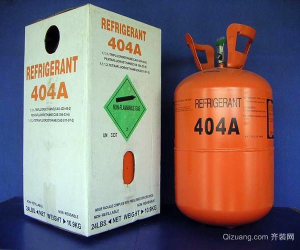 一、空调氟利昂价格 空调氟利昂的价格是256.5元一桶,空调在作制冷运行时,低温低压的氟利昂气体被压缩机吸入后加压变成高温高压的氟利昂气体氟利昂罐子,高温高压的氟利昂气体经过冷凝器在室外换热器中放热,变成中温高压的液体,中温高压的液体再经过毛细管膨胀降压后变为低温低压的液体。