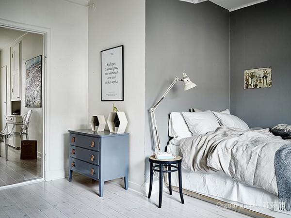 卧室改造设计 二、尺寸这样安排,更便捷 1、衣柜与床相对时的间隔距离:最低不少于90cm,方便打开柜门而不会被绊倒。 2、衣柜的标准高度:合适高度在240cm,考虑到在衣柜里能放下大衣等长衣物,并在上部留出换季衣物的空间。 3、双人主卧室的标准面积:最低不小于12,卧室里面不仅可以摆放床,还需要两个床头柜和一个双门开的衣柜。所以卧室面积尽量不要小于12。 4、卧室里摆两张床的间隔距离:最低不少于90cm,两张床之间除了能放下床头柜以外,还应该能让两个人自由走动。方便以后整理地板和收拾被褥。