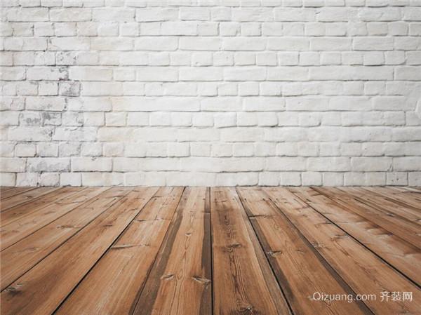 非专业的清洁剂表面的活性剂浓度较高,拖完地后半湿的木质地板反而更