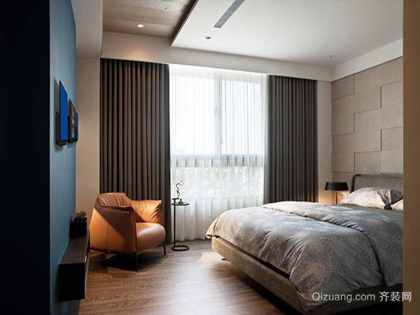 三、卧室窗帘搭配墙面装饰   窗帘对于多数居室来说是墙面的最大的装饰物。特别是对四白落地的简装居室,除了一些画框之外,可能墙面上的装饰就是只剩下窗帘了。因此窗帘的款式与样式往往对整个室内空间有着举足轻重的作用。对于精装的居室来说同装修相呼应的窗帘将使居室呈现统一的风格,更好的体现家居的氛围。