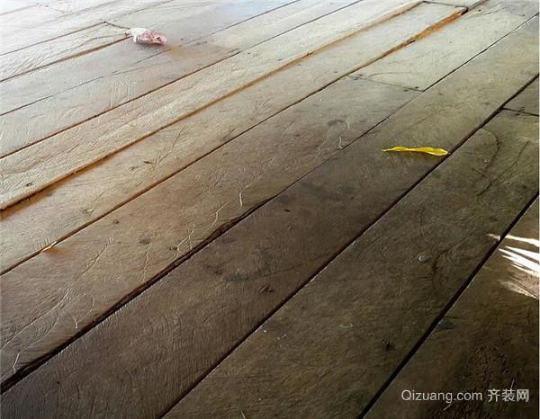 实木复合地板则把多层天然木板材按木纹垂直交叉叠合胶接压制而成的