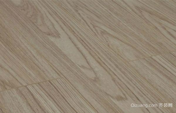 一、复合木地板清洗方法之使用吸尘器定期清洁 我们需要定期使用吸尘器来对复合木地板进行清洁,尽量选择有过滤网的吸尘器,这样不仅能吸除地板上较大的颗粒和垃圾,也能通过过滤网过滤掉会导致呼吸道过敏的有害微寄生虫等。为了避免刮花地板,我们也可以给吸尘器换上特制木地板吸尘嘴。柔软的刷毛轻轻和地板接触,最大程度地把复合木地板保护起来,清洁和保养同步进行。