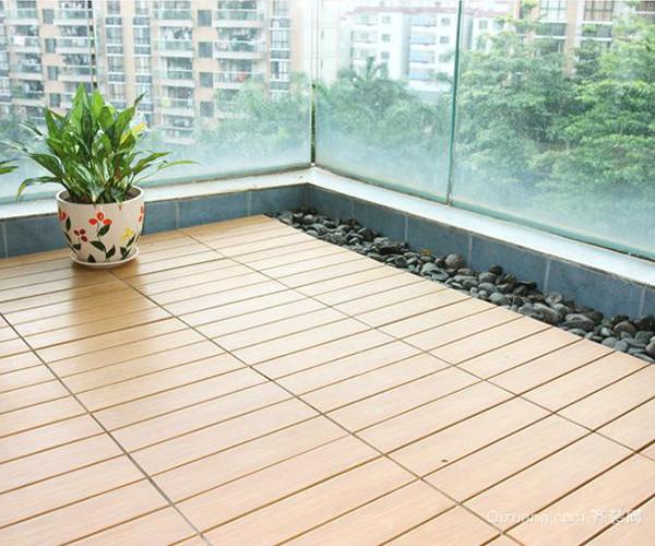 1、材质考虑 木质地板一向给人以高贵感,当阳台遇上木地板,我们就不能仅仅考虑木地板的外观了。目前很多家庭装修中,对于阳台的设计装饰,还停留在萌芽阶段,阳台装修要铺地板,做设计,造价较高,所以很多业主会只选择简单地铺贴瓷砖了事。 2、塑木地板