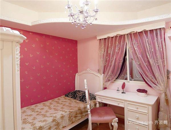 三、嵌入式衣柜 欧式风格的嵌入式衣柜,节省了空间,细节上的碎花壁纸穿插使粉红壁纸看起来不那么刺眼,综合了空间的色调。屋主把田园风格和欧式风格相结合,运用得非常好,墙上木质的画框里复古的装饰画,让人联想到了欧式的古堡,床旁边的碎花置物柜子可以做到很好的收纳,碎花布包边的抽屉盒床上木质的雕花正好形成搭配,看起来格外优雅。