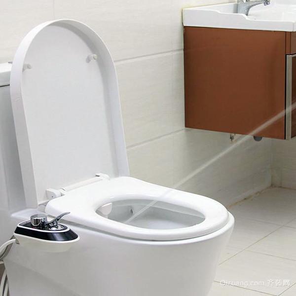 三、马桶座圈坏了该怎么办马桶座圈坏的原因 马桶座圈顾名思义就是人上厕所坐的一圈,多用工程塑料制成。其是承受人体重量的接触面,长久下来受到挤压力的作用,马桶座圈就会产生破裂。另外坐式马桶的马桶座圈坏的原因可能是由于我们不良的生活习惯,我们清洁座圈的时候可能用到的家居保养清洁剂腐蚀性强烈,对座圈造成化学结构的破坏;还有平时我们使用马桶座圈时用手的力度没有掌握好,使其与水箱或者马桶下端产生直接性碰撞,致其断裂或折裂。 以上就是齐装网小编为你分享的马桶座圈坏了该怎么办,希望对你有所帮助。如果想要了解更多马桶座