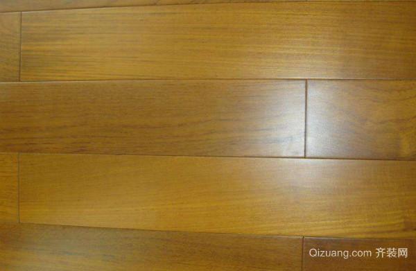 一、如何区分柚木地板的真假从纹理来分 真柚木地板有明显的墨线和油斑;假柚木地板或无墨线,或墨线浅而散,没有或很少有油斑。 二、如何区分柚木地板的真假从质感上分 真柚木地板有光泽,有油质感;假柚木地板则干燥无光泽。 三、如何区分柚木地板的真假从重量来分 真柚木地板纤密度为0.