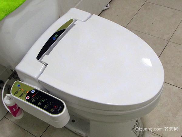 二、家用智能马桶盖怎么选检查马桶形状 如果您家的马桶形状是另类的,什么圆的、方的,那肯定是不能安装的;注意水箱的形状,尤其是外凹型,可能会挡住控制面板导致无法安装,最好和客服确认下。另外,如果你家马桶右侧(你坐在马桶上右手边的位置)没有大于10cm的空间放控制面板,所以小编建议你购买那种带遥控器的智能马桶盖。
