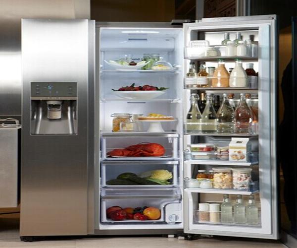 3、省电节能 说到变频,我们就能很快的想到它的节能作用,海尔变频电冰箱的制冷量是可以进行调节的,电冰箱的制冷量哼电冰箱压缩机的负载量之间的调节能够避免能源的损耗,使得电冰箱的节能效果大大的提升。 4、耐用 海尔变频电冰箱的压缩机在运行的过程中,电冰箱所需要的制冷量小吗,压缩机的工作量也就更小,海尔变频电冰箱的压缩机就能一低速的状态运转,克服了电冰箱在瞬间启动时电流过大对电冰箱造成的伤害,延长了电冰箱的使用寿命。 以上就是齐装网小编为你分享的海尔变频电冰箱产品优点,希望对你有所帮助。如果想要了解更多冰箱的