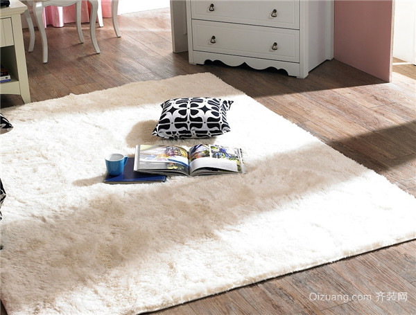 深色系家用地毯给人高端大气的感觉,搭配中式或欧式风格,颜色较深的