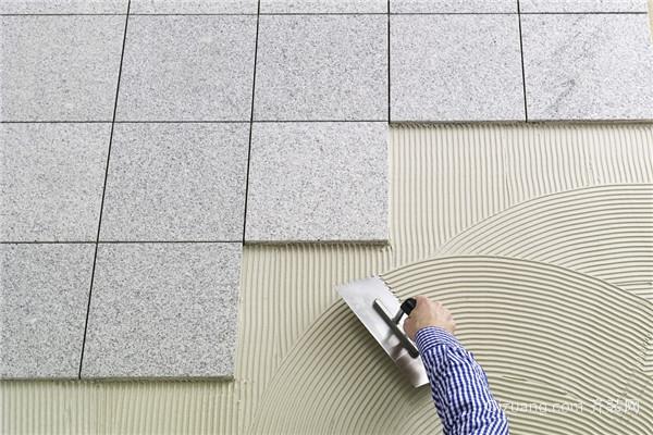 三、瓷砖胶的缺点介绍 选择装修辅材,价格也是参考的一部分,从价格角度考虑,那瓷砖胶的成本较高。一般的用瓷砖胶贴砖,铺地面的平米消费是12到15元上下,如果是墙面的话,平米费用则达到20元上下。此外瓷砖胶的质量等级参差不齐,真假难辨,如果买到劣质的瓷砖胶,环保性能也会大打折扣不利于身体健康。 以上就是齐装网小编为你分享的用瓷砖胶贴砖好不好,瓷砖胶贴砖的优缺点介绍,希望对你有所帮助。如果想要了解更多瓷砖胶的相关信息,请继续关注齐装网。10秒极速获取报价还能免费获取四套设计方案,更有装修管家全程跟踪服务,抓紧