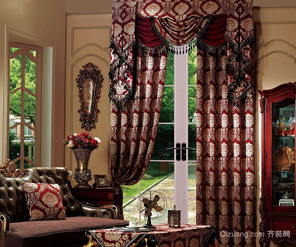 在欧式的装修风格中我们大多数人的第一感觉就是豪华、大气,在以前的设计也这样的形式,不过为了适应现代人多元化的选择,欧式风格的装修出现了很多新的装修形式,在欧式中我们选择的窗帘就必须是清晰淡雅的窗帘,配个卧室的整个装修风格给我们的视觉效果才能更和谐。 三、欧式简约风窗帘