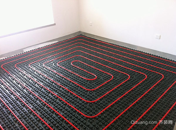 四、为你介绍地暖施工的基本步骤测试电缆 发热电缆铺设完成后,按图纸检查是否契合设计要求并用万用表和摇表(500M)检测每根电缆的标称电阻、绝缘电阻,确保发热电缆无断路、短路现象。在浇筑卵石混凝土前必需通电检测发热电缆发热效果。 五、为你介绍地暖施工的基本步骤浇注混凝土 卵石混凝土进人铺设区域时必需设垫板运送,推车等工具不能直接压发热电缆;混凝土浇注后应用木制工具轻轻夯实,不许鼎力粗夯;填充层竣工后48小时内不许上人踩踏,填充层施工终了后的地面严禁剔凿、重载。