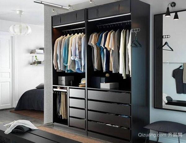 一、衣柜格局设置儿童房衣柜格局 儿童房间一般需要悬挂的衣物比较少,很多衣服都是直接折叠收纳,考虑到孩子们的身高问题,在衣柜格局上不要设计得过于复杂。可以考虑设计一个比较空旷的衣柜,简单的上下两层设计,上层是挂件,下层空置,既可以叠放衣物,又可以放置一些儿童玩具。