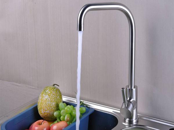 二、厨房冷热水龙头漏水维修步骤2 关闭供水,卸下在水龙头把手上面或后面的小螺丝以拆下固定在水龙头主体上的把手。一些螺丝藏在金属按钮、塑料按钮或塑料片下面,这些按钮或塑料片卡入或拧入把手。您只要把按钮打开,就会看到装在顶部的把手螺丝。如果有必要,使用一些像WD-40规格的渗透润滑油来使螺丝变松。