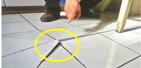 地板砖翘了