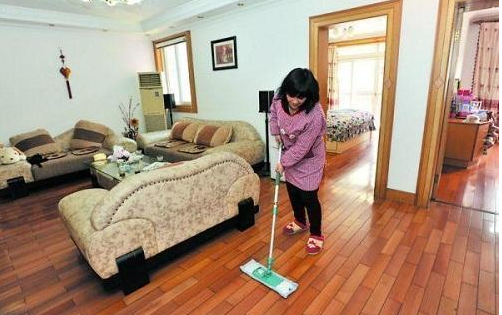地板每天灰尘那么多,三招教你如何轻松解决地板灰尘问题