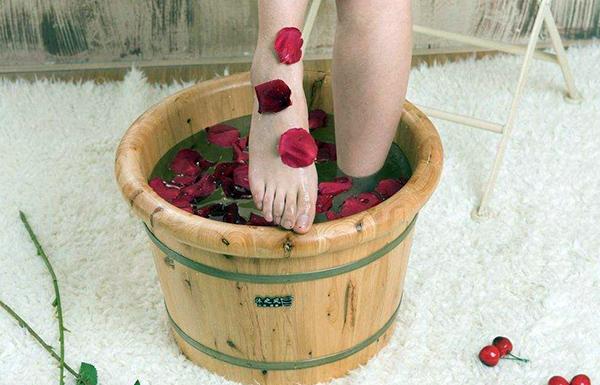 泡脚用什么木桶