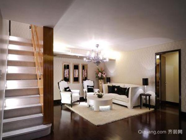 一、简洁:设计和装修的精髓 独栋欧式别墅风格以简洁著称于世,并影响到后来的极简主义、后现代等风格。在20世纪风起云涌的工业设计浪潮中,欧式风格的简洁被推到极致。反映在家庭装修方面,就是室内的顶、墙、地六个面,完全不用纹样和图案装饰,只用线条、色块来区分点缀。