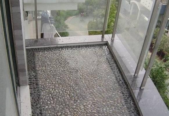 阳台装修使用鹅卵石显得与众不同