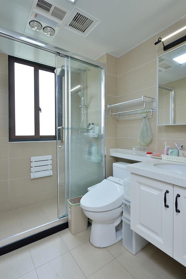 卫生间用玻璃隔断做了干湿分离