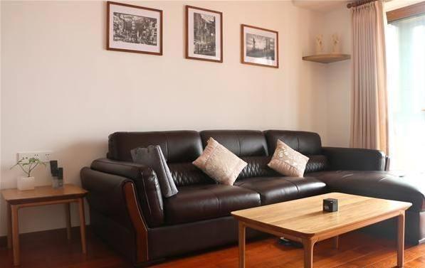 客厅黑色的皮质沙发