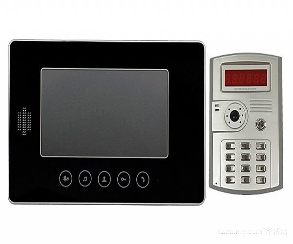 一、可视对讲门铃使用方法 1、具体操作 可视对讲是住宅小区住户与来访者的音像通讯联络系统,它是住宅小区住户的首道非法入侵的安全防线。通过这套系统的设置,住户可在家中,用对讲/可视对讲分机,可以通过设在单元楼门口的对讲/可视对讲门口主机,与来访者通话并能通过分机屏幕上的影像,辨认来访者。 2、自主掌握开关 当来访者被确认后,住户主人利用分机上的门锁控制键,打开单元楼门口主机上的电控门锁,允许来访者进入。否则,一切非本单元楼的人员及陌生来访者,均不能进入。
