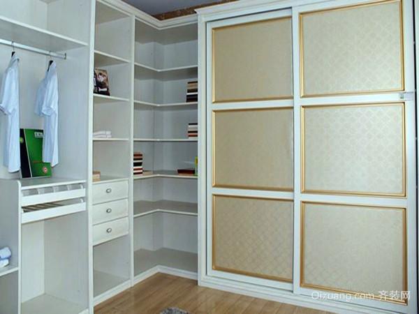 定做实木衣柜内部的设计有多个大小不一的小隔层,它可方便存放不同的
