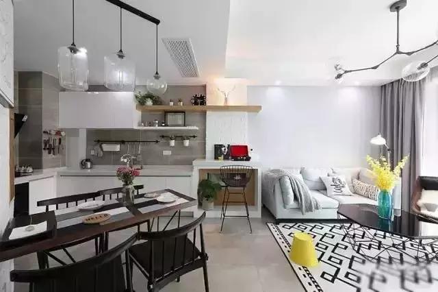 开放式厨房,简易的小餐桌,双人的小沙发