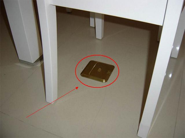 餐桌下面装一个地插