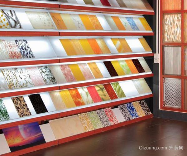 软石地板是以天然大理石粉及多种高分子材料合成的新一代高档建筑装饰材料。既有天然大理石的纹理,又有特殊的图案与性能,具有轻柔、防滑、防火阻燃、安装简单,是物美价廉的一种符合潮流的环保装饰材料。 二、瓷质抛光砖 瓷质抛光砖是国内外非常流行的新型装饰材料,它具有坚硬耐磨、抗冻防污、耐酸碱、光亮华丽、经久如新的特点。装饰效果可与花岗岩比美。其种类有无釉抛光砖、花岗岩抛光砖、幻彩抛光砖和渗花抛光砖四大系列就有上百个品种。