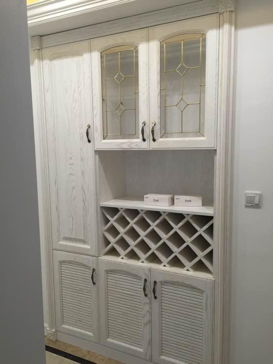 走廊墙上的嵌入式收纳柜