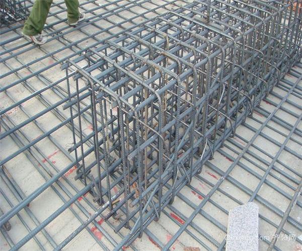二、特性 钢筋混凝土凝固后坚硬如石,受压能力好,钢筋承受拉力,混凝土承受压力。具有坚固、耐久、防火性能好、比钢结构节省钢材和成本低等优点。包括薄壳结构、大模板现浇结构及使用滑模、升板等建造的钢筋混凝土结构的建筑物。用钢筋和混凝土制成的一种结构,是目前最为常见的建材!