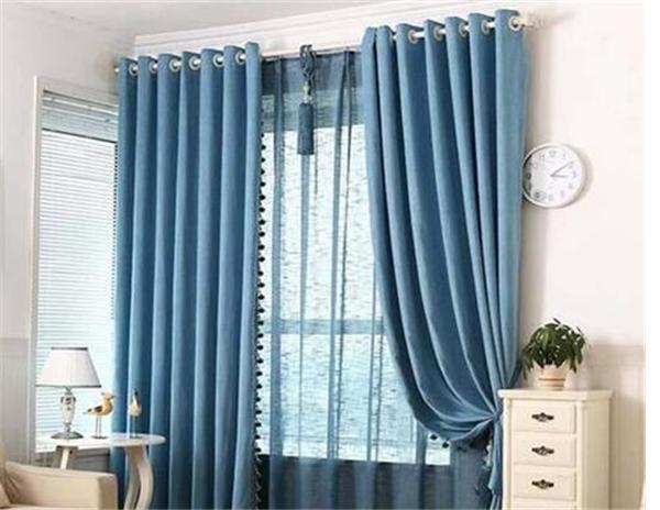 二、窗帘布种类大全 1、印花窗帘布 窗帘布面料其实有许多,依据不同的分类规范有着不同的成果,而下面的这些面料分类是依据窗布布制作工艺的不同来进行分类的。印花布指的是在素色胚布上用搬运或园网的方式印上色彩和图画的一种窗帘布,其面料色彩艳丽,并且印制的图画也是十分丰富和细腻的。 2、色织窗帘布 色织窗帘布和其他的窗布布不同,它是依据实际情况中窗布图画的需求,先将纱布进行分类的染色,再通过交错构成五颜六色图画的一种窗布布,面料通过的程序多,所以色牢度更强,面料的色织纹理明显,立体感更强,用来装饰家居空间更强一