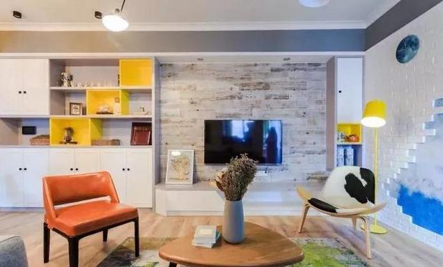 木作系统柜与电视收纳柜一同打造出电视背景造型