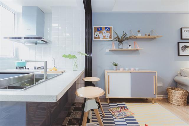 原有餐厨区扩大到阳台增设开放式厨房