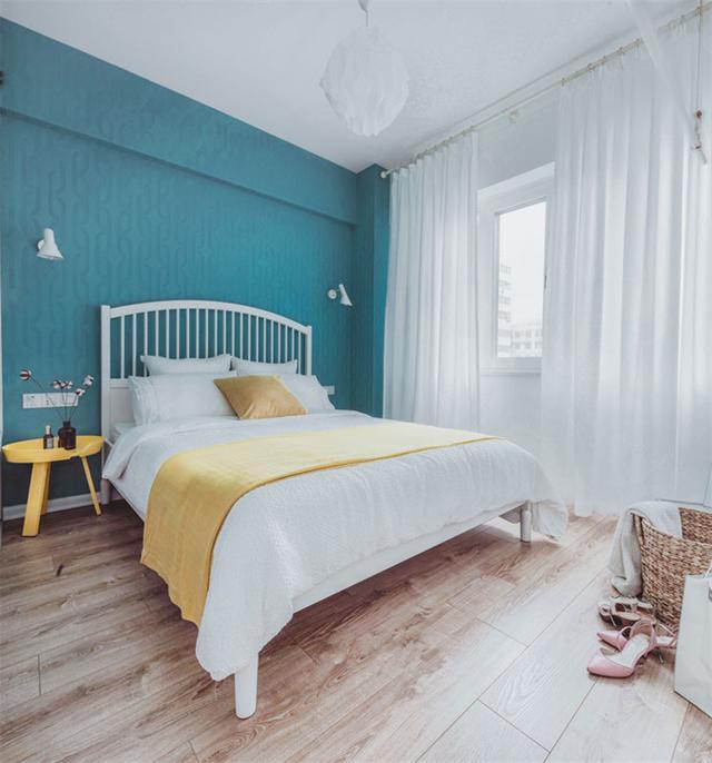 卧室以湖蓝为主色,清浅的色调给人一种空间感