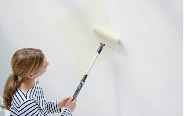 封闭性好的底漆,对基层和腻子层进行渗透封闭,使碱性物质难以随水汽渗透到涂层